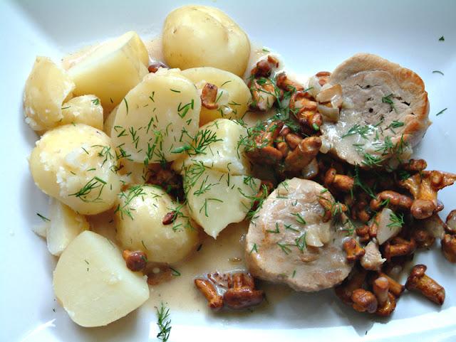 Medaliony z polędwiczki wieprzowej w sosie kurkowym z młodymi ziemniaczkami. Porcja obiadowa ok. 410 kcal