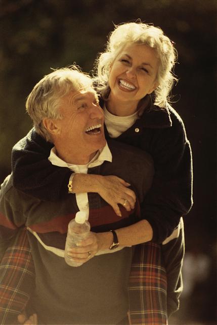 красивая пара старых людей улыбаются и радуются жизни