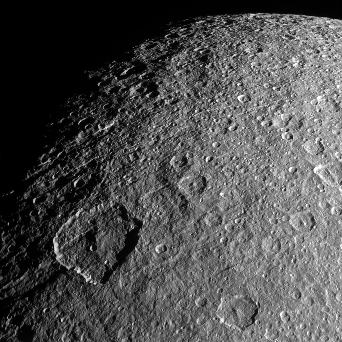 Спутник Сатурна Рея на новом снимке космического аппарат Кассини