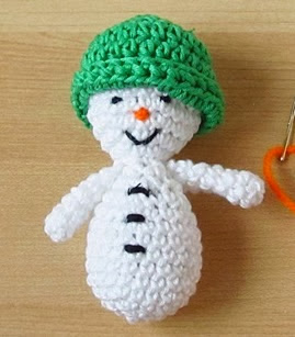 http://translate.googleusercontent.com/translate_c?depth=1&hl=es&rurl=translate.google.es&sl=auto&tl=es&u=http://www.sheknows.com/living/articles/1024985/amigurumi-santa-and-snowman-christmas-ornaments&usg=ALkJrhiiymCGuerli7_SY3fFrhR_J4BRjQ