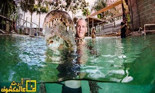 مصور يخاطر بنفسه للسباحة مع التماسيح الإستوائية