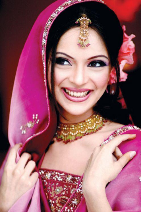 Bridal Eye Makeup With Red Lehenga : Wallpaper Gallery: Salwar Kameez Pakistani Wedding Lehenga ...