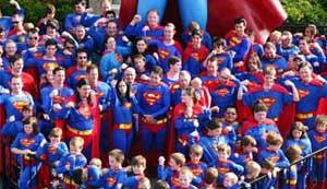 Ratusan Orang Memakai Kostum Superman