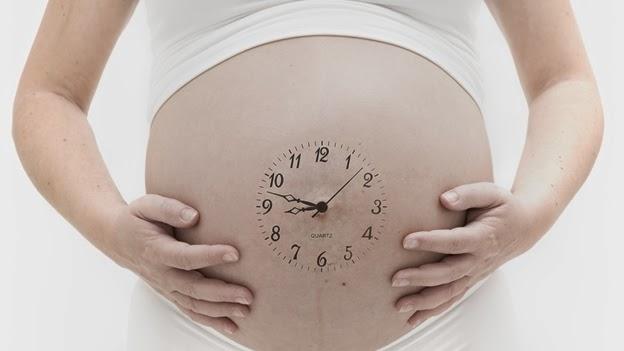 embarazada con reloj