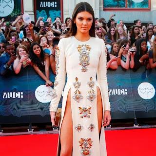 Kendall Jenner usa vestido mega decotado em premiação