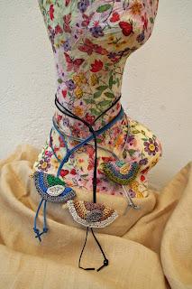 Gargantillas/colgantes seda y cuero