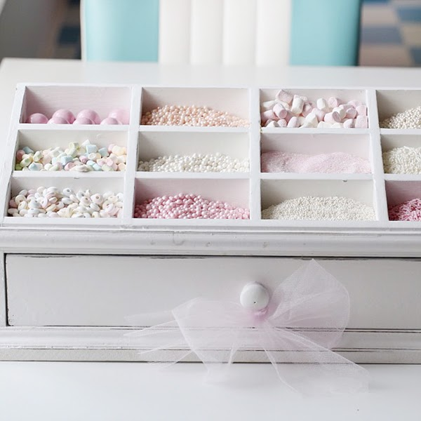 Candy topper organisation in a perfect pastel kitchen!