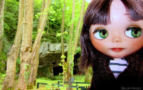 Caty basaak doll en las cuevas de Sara Francia