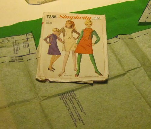 Addicted to my sewing machine : green jumper dress with plastron , in Cosmocorps 's style from Pierre Cardin   based on 1967 Simplicity pattern ( n° 7255) vintage sixties sew retro 1960 1960s 1960's 60s 60's années 60 70 seventies 1970 1970s 1970's 70's couture mode space age mods andre courreges pierre cardin