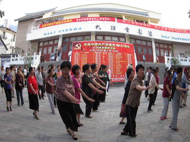 """""""aerobic"""" típico de las mujeres chinas al atardecer. Yunnan."""