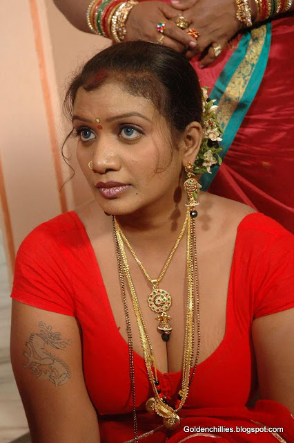 village aunty navel show in saree photos
