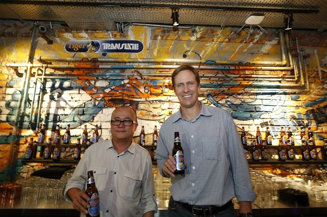 Tai See Wai (Marketing Manager, Tiger Beer) and Bruce Dallas (Marketing Director, GAB) at the Translate Art Bar
