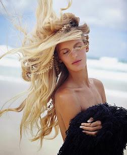Hanalei Reponty, la sirena surfista salida del mar que incursiona en el modelaje de alta gama.