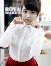 teen, trong chiếc áo sơ mi trắng và váy đỏ nổi bật