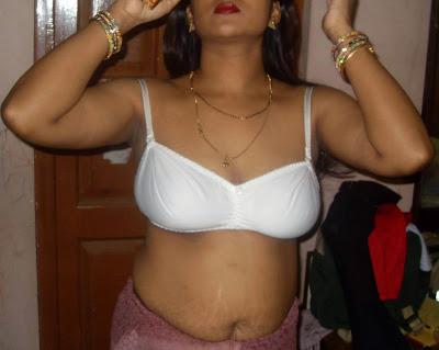 Kolkata Housewife Saree Removing Image indianudesi.com