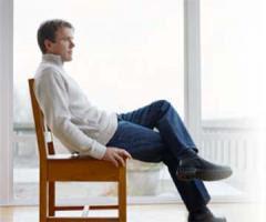 كثرة الجلوس تقصر العمر وتسبب الامراض  - رجل جالس يجلس على كرسى - man sitting on chair