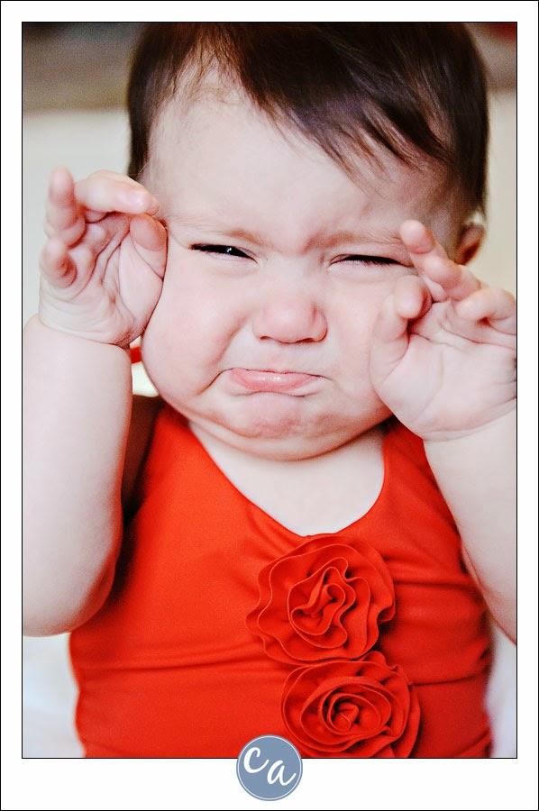 Image bébé fille drôle qui pleure