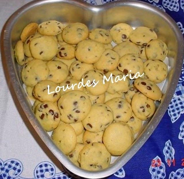 Bolachinhas macias e banhadas em chocolate da Lourdes Maria.