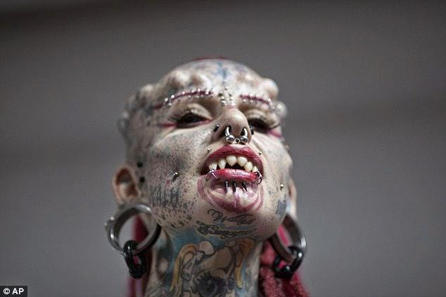 Жа Кристерна, на снимката, е силно модифициран зъбите й да се поберат в нея си вампир,