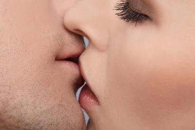 Martha e Rubens se beijam