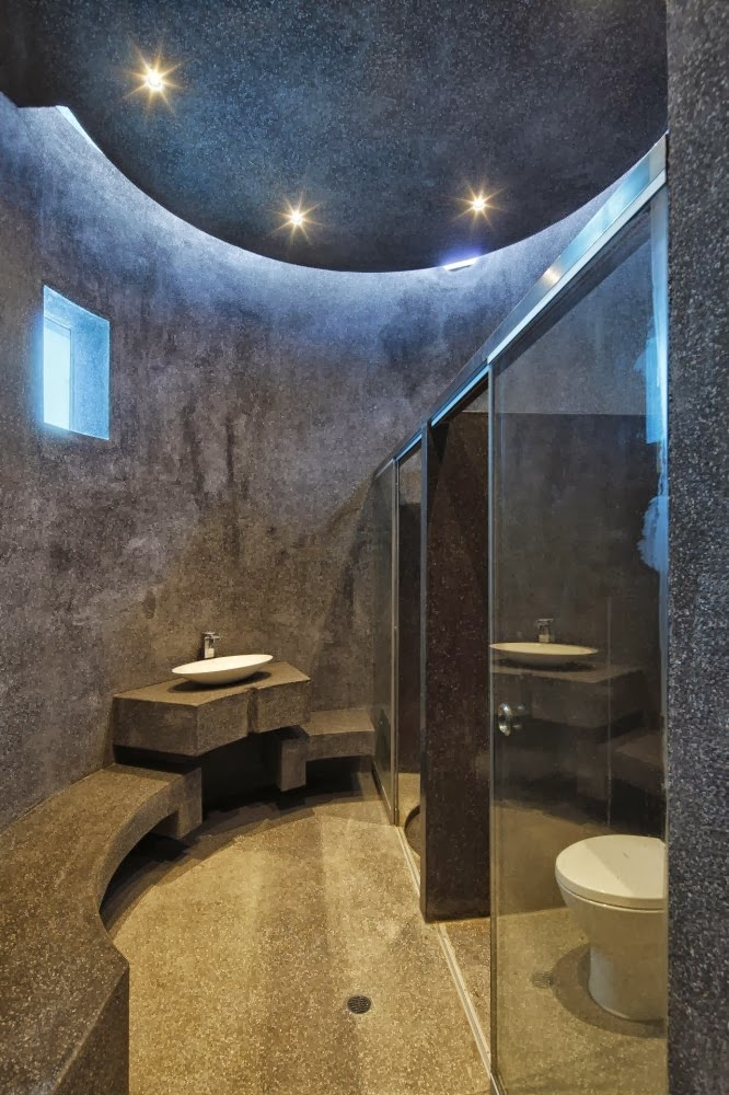Round bathroom in Extreme modern house by Longhi Architects