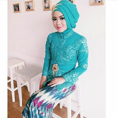kebaya hijab hijau dengan rok batik panjang rangrang