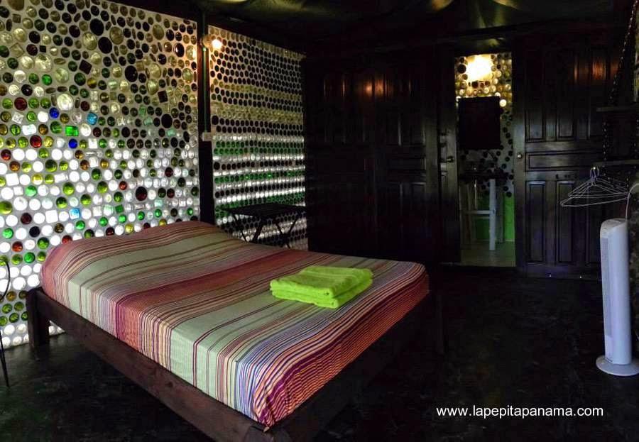 Interior de la cabaña ecológica hecha con botellas de vidrio recicladas