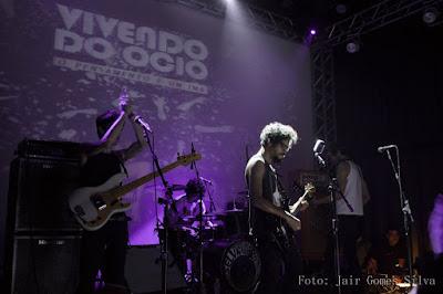 Para um público dançante e fiel, Vivendo do Ócio faz primeiro show após lançar novo disco