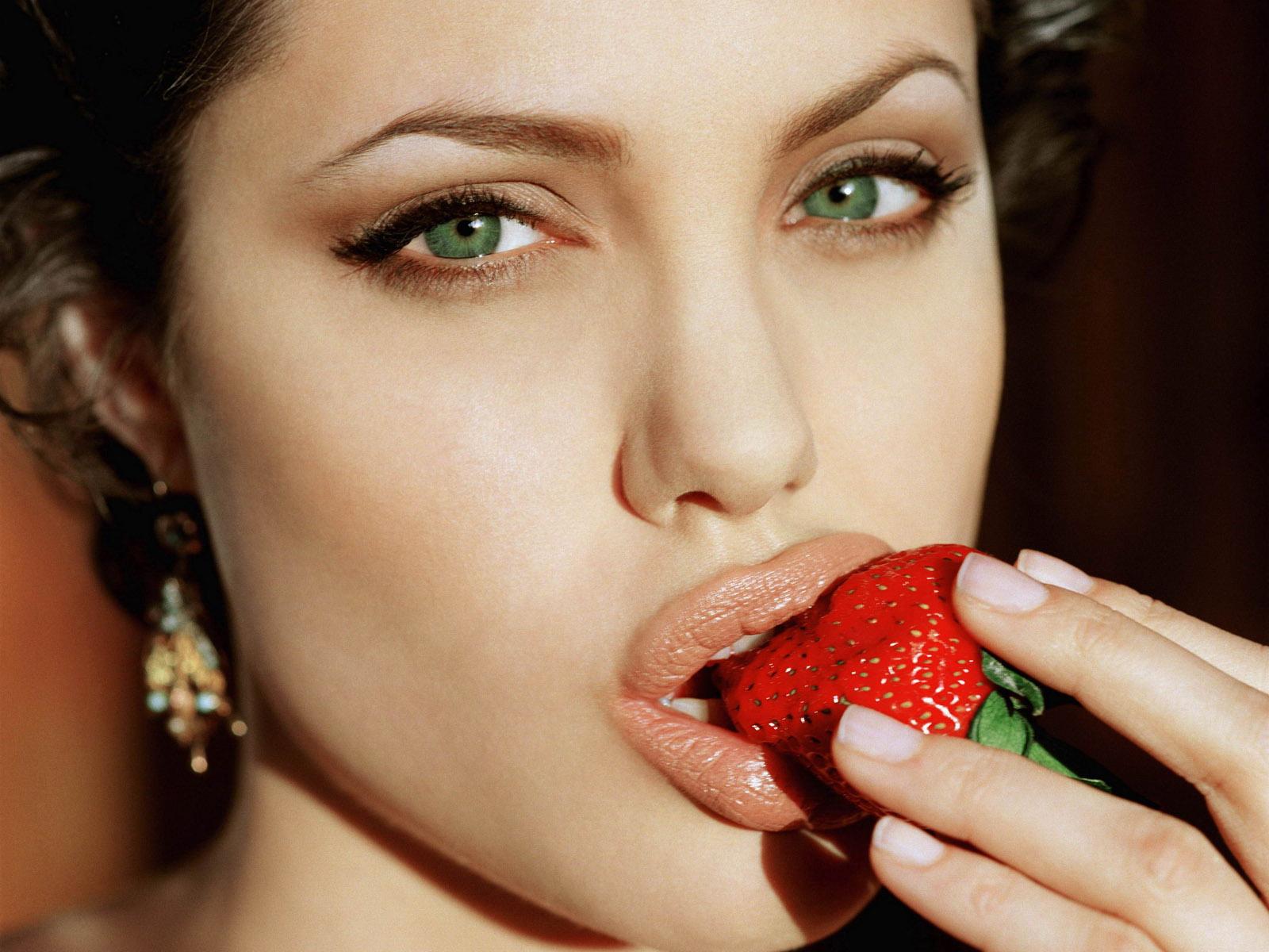 http://1.bp.blogspot.com/-cf2iS9yVpQI/UNRPU_K33FI/AAAAAAAABIg/Njf_Aje7ciA/s1600/Angelina+Jolie-Wallpaper-2.jpg