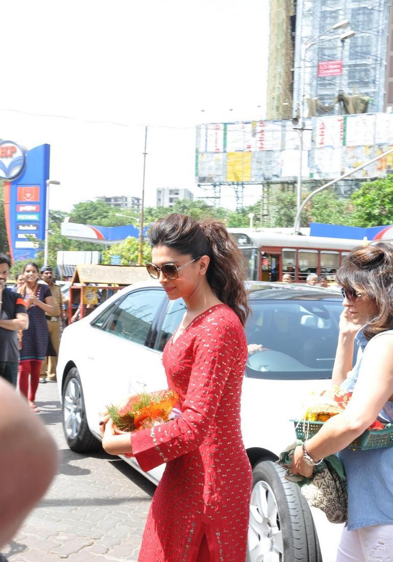 Deepika Padukone at Siddhivinayak Temple Pictures - HIGH ...