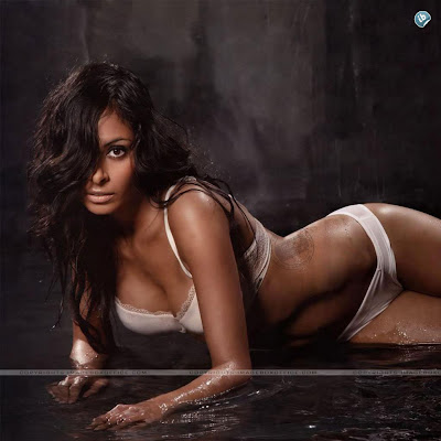 Collien Fernandes | Sexy HD Celebrity Wallpapers for iPad 2