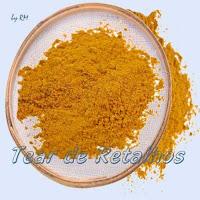 Peneirando a mistura de iguarias moídas para fazer o Curry ou Caril