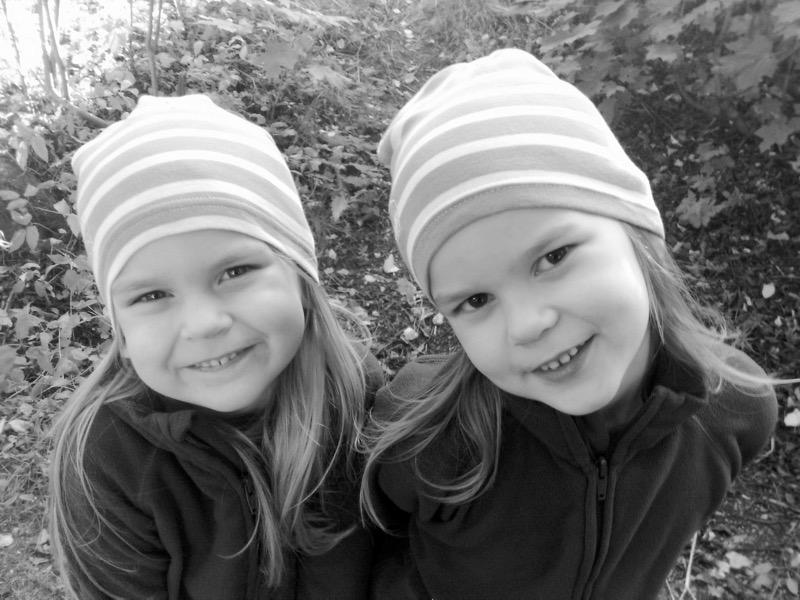 Mustavalkoinen kuva lapsista
