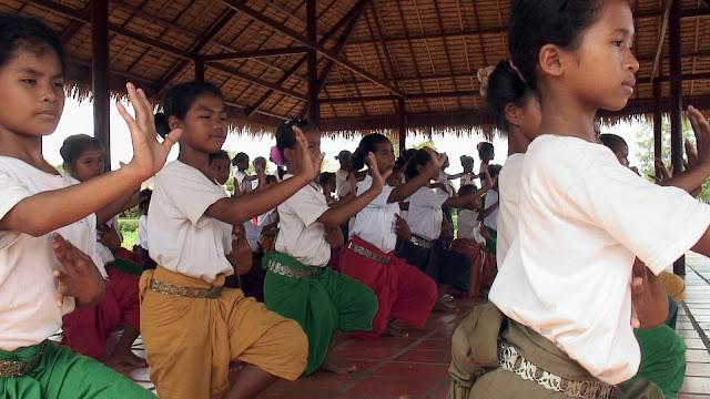 Les élèves de l'école de danse à Banteay Srei