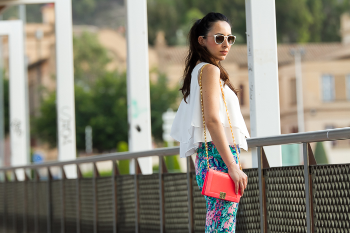 Look de verano con estampado de flores tropical