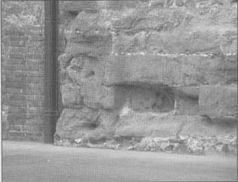 Uso de piedra caliza en un muro que ha sido erosionado por la acción del agua de lluvia.