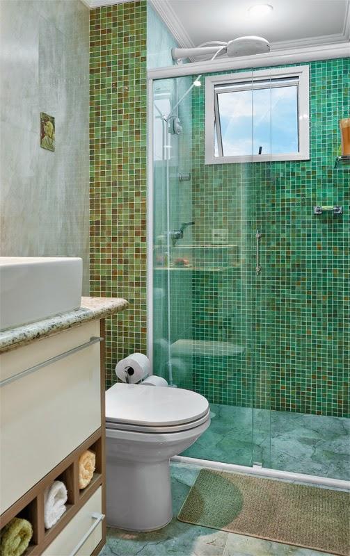 Banheiros com pastilhas  37 modelos decorados  Decor Alternativa -> Banheiro Com Faixa De Pastilha Vertical