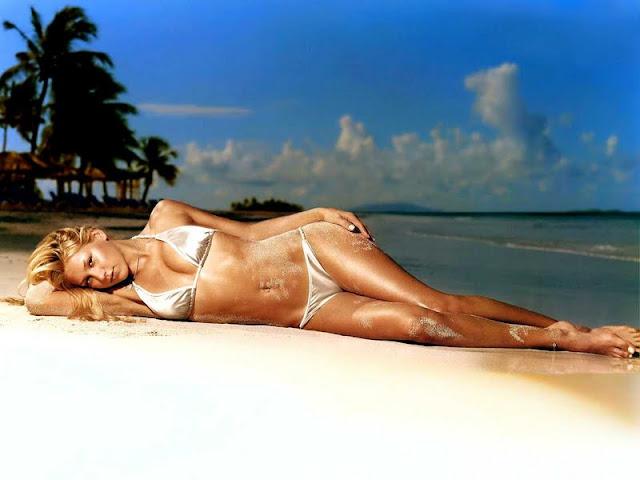 Anna Kournikova sexy in swimsuit