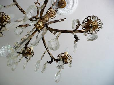 rinnovare, riciclare, lampadario vintage, lampadario a sei braccia, lampadario a gocce, mercato dell'antiquariato di Pisa, smalto acrilico spray