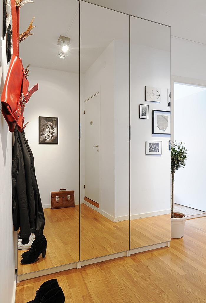 Шкафы распашные в прихожую с зеркальными дверями фото.