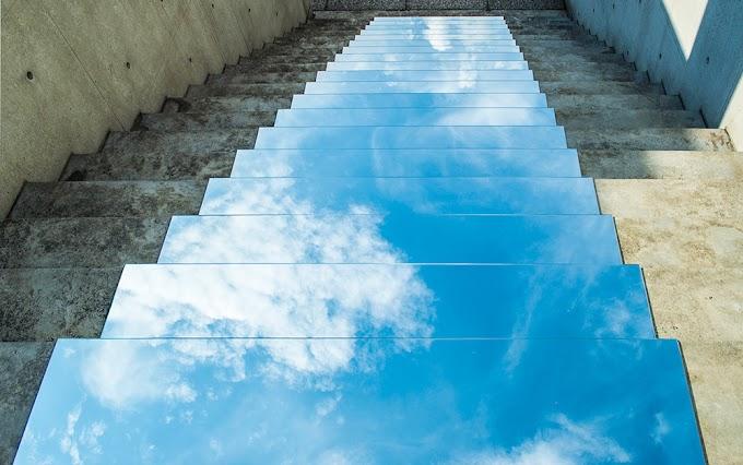 Intervenção urbana faz escadas refletirem o céu