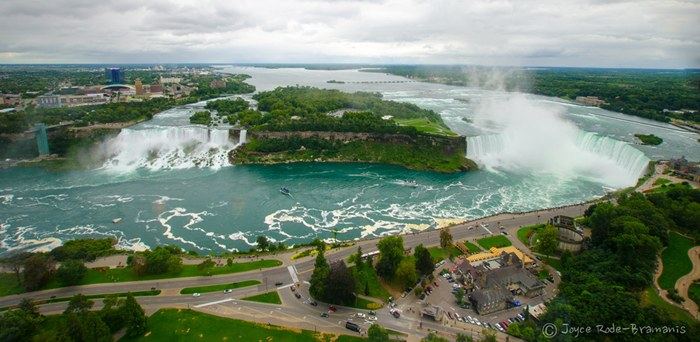 Niagara Falls, USA, Niagara Falls in the north-eastern United States. He is also one of the most powerful in the world – about 2.8 million liters of water per second, just think! Tourists like to Niagara Falls because it is relatively easy to access and view from all sides.