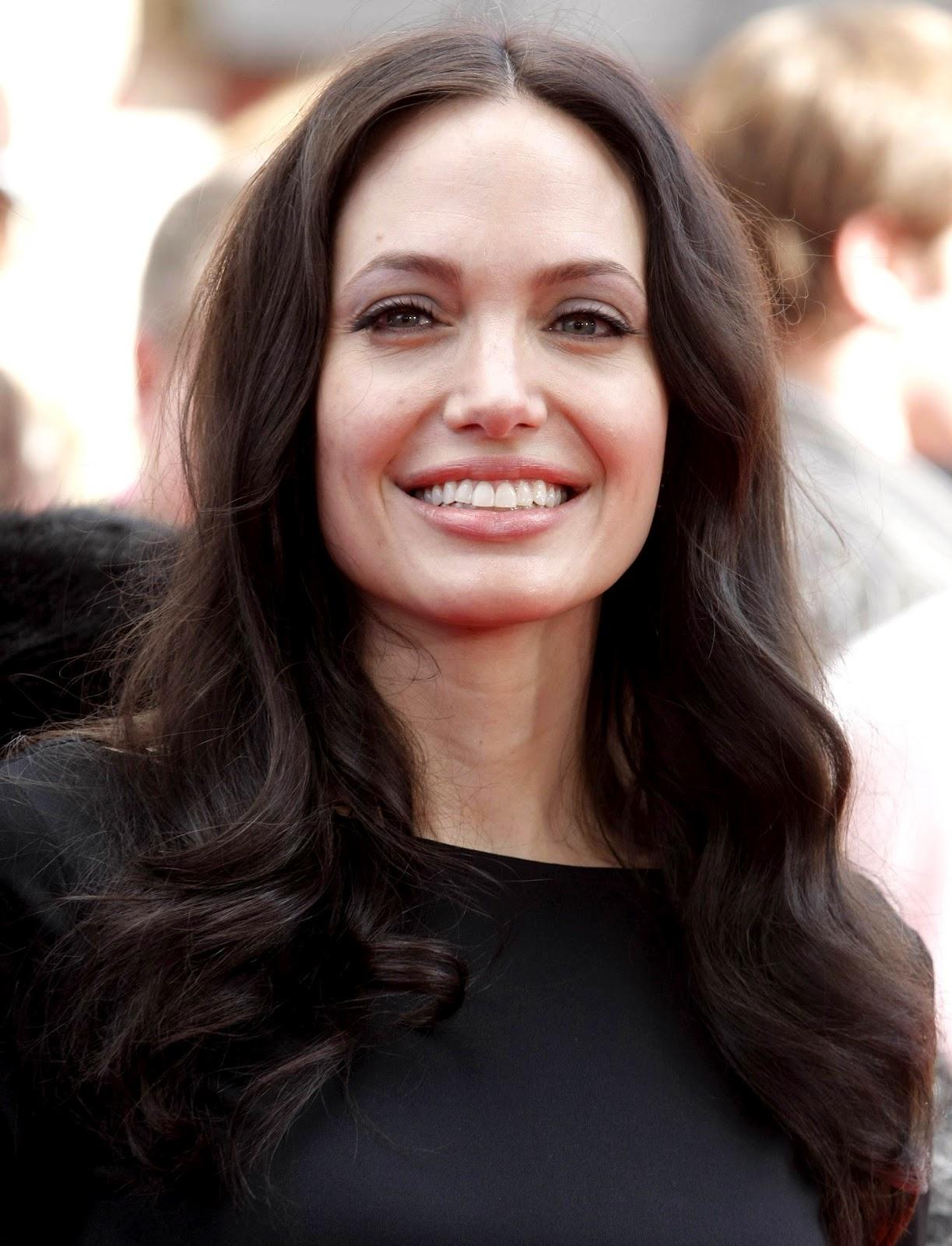 http://1.bp.blogspot.com/-chDdqrJ6FRs/UDHp3J39UjI/AAAAAAAAU7U/OUodfeJlDJM/s1600/Angelina-Jolie.JPG