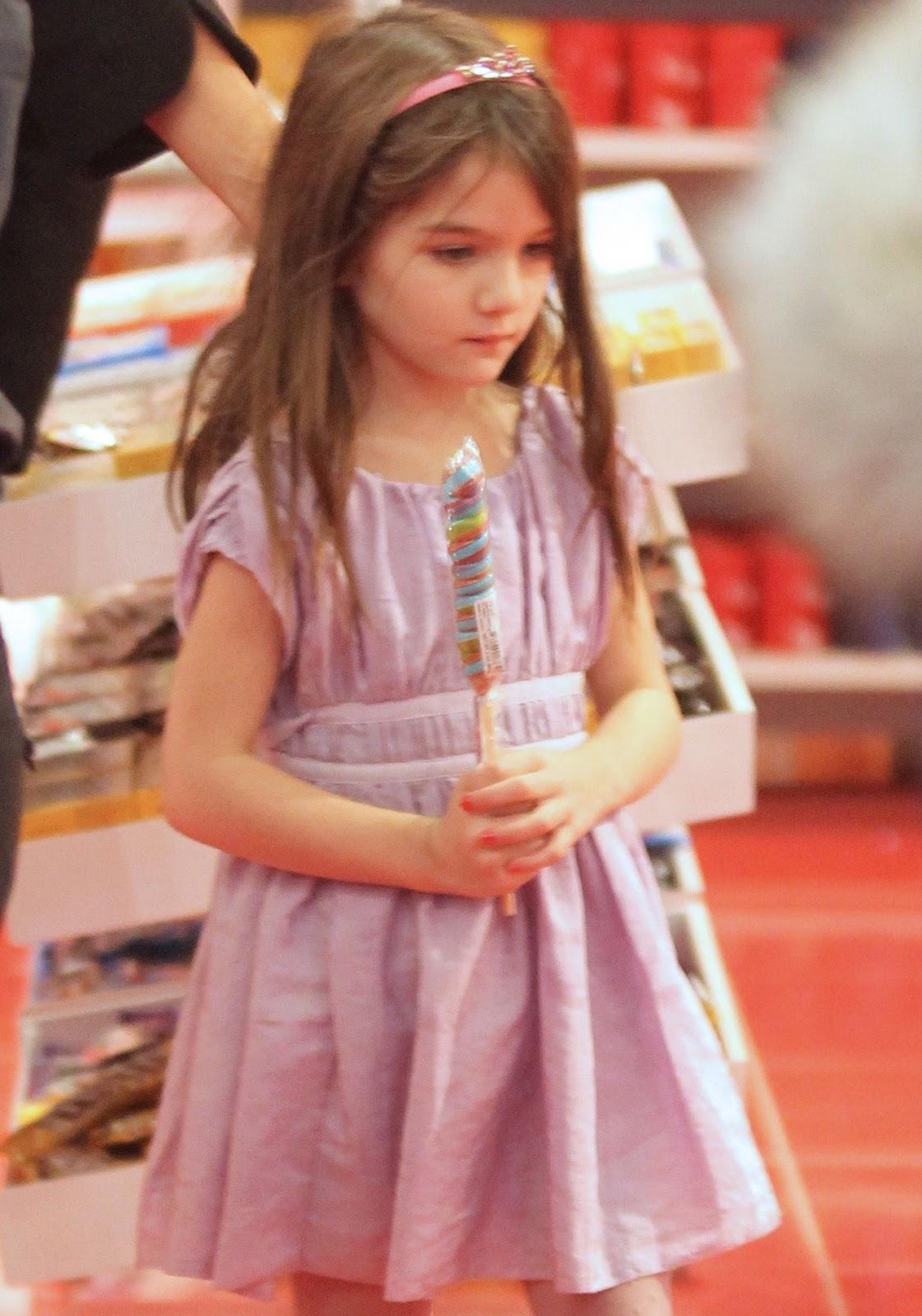 http://1.bp.blogspot.com/-chM9pS-yLh4/TwINDpXe-dI/AAAAAAAAGjQ/P7lp5gyZX1I/s1600/suri-inside-fao-store-candy.jpg