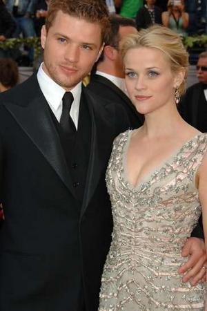 10  Reese Witherspoon and Ryan PhillippeReese Witherspoon And Ryan Phillippe Kiss