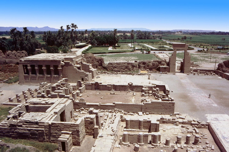 Vista desde la terraza del templo de Hathor en Dendera