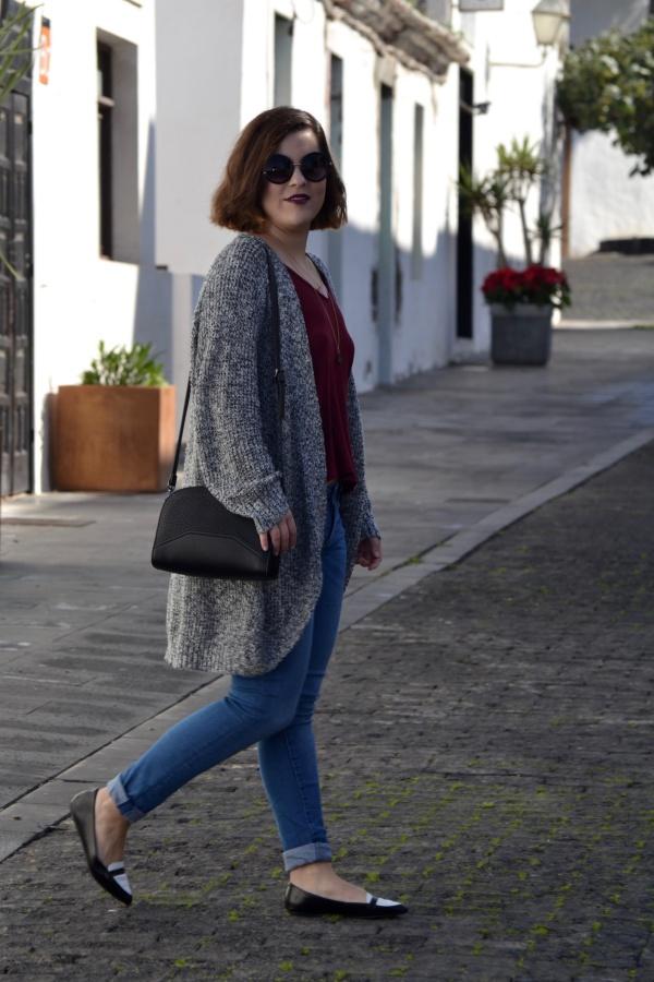 look_cardigan_burdeos_zapatos_pico_bicolor_lolalolailo_07