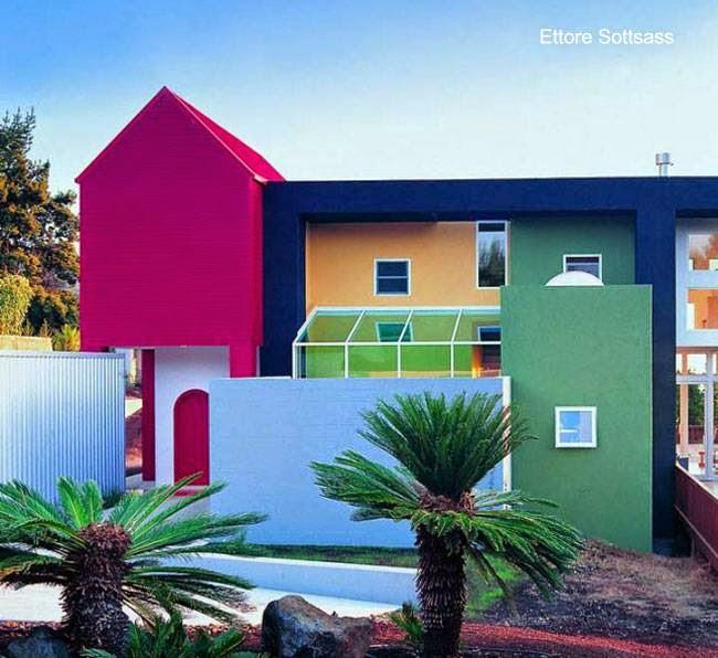 Casa residencial pintada en bloques de colores intensos y contrastantes