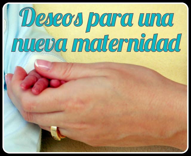 Mano de una madre sosteniendo la de su bebé
