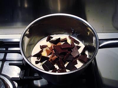 Tartufi al cioccolato: unire il cioccolato in pezzi e farlo sciogliere